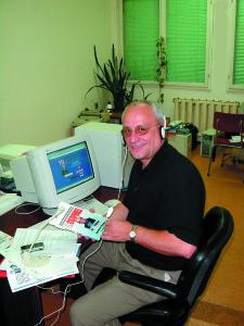 2002: България. Фил работи върху уебсайта си